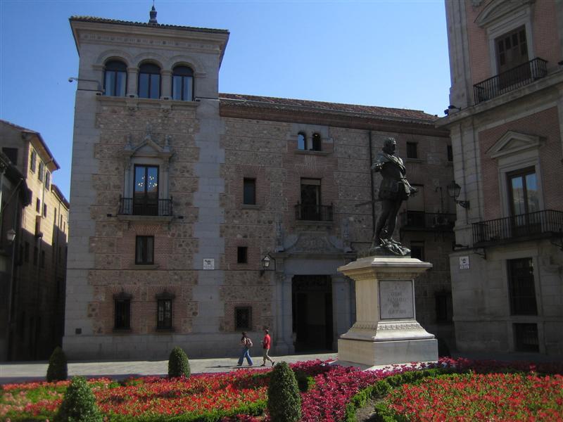 Madrid plaza de la villa casa de cisneros for Casa la villa